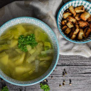 Grüne Bohnensuppe mit Croûtons