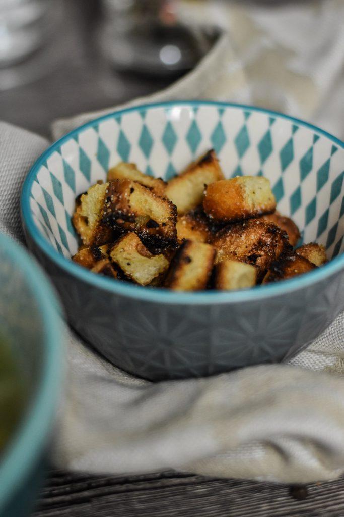 Croûtons für Bohnensuppe aus Weißbrot Baguette weißem Brot