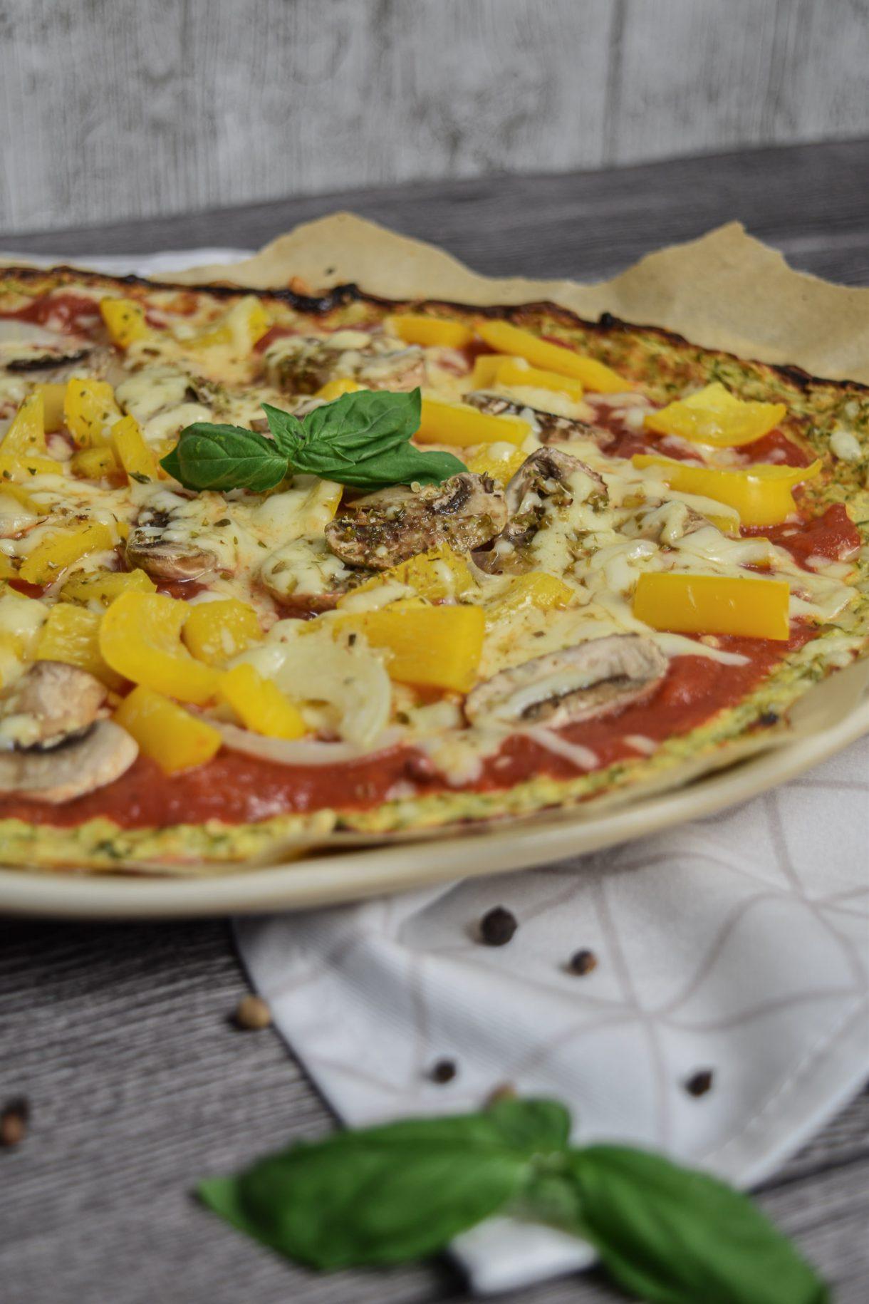 Gesunde Pizza mit Zucchini-Boden